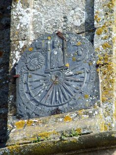 """Cadran solaire situé à Pleyben dans le Finistère en Bretagne. cadran méridional, gravé sur ardoise, lignes en triangles,chiffres dans portion de couronne, style en chevron, daté 1619 Inscription : """"SANCTE GERMAIN"""""""
