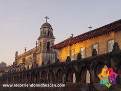 """RECORRIENDO MICHOACÁN. ¿Sabe que significa Pátzcuaro? """"Donde están las piedras (los dioses) a la entrada de donde se hace la negrura"""", """"La entrada al paraíso"""" o """"La puerta del cielo"""". Fundada en 1930, la ciudad de Pátzcuaro es un pueblo mágico ubicado a 50 km al suroeste de Morelia, lleno de tradiciones y de una arquitectura colonial, el mayor atractivo de este pueblo, además de lo peculiar de sus casas, son las artesanías. No puede dejar de visitar este hermoso pueblo mágico…"""