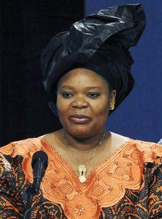 LEYMAH ROBERTA GBOWEE, Prêmio Nobel da Paz 2011, liderou um movimento pacifista integrado por mulheres que alcançou o até então distante sonho de pôr fim à guerra civil que devastou a Libéria entre 1989 e 2003.