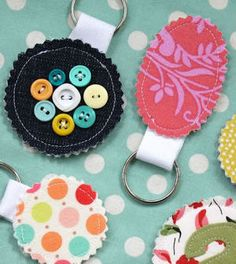 3eafae3a90f28 Chaveiros de tecido simples de fazer - Vale o Clique! Chaveiro De Tecido,  Artesanato