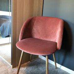 Deilig når soverommet føles som et hotellrom 😍 Elsker stolene fra @sostrenegrene! Og helt forelska i «Oslo» fra @jotunlady /// love it when the bedroom gives you that hotel feeling 💆🏼♀️ #bedroom #hotelfeeling #hotelbedroom #walltowallcarpet #carpet #søstrenegrene #velvet #pinkvelvet #oslo #osloblue #jotunoslo #ikeapax #ikea #fløyel #velvetchair #rosafløyel #bedroominspo #bedroomdecor #loveourbedroom #newhouse #soveromsinspirasjon #soverom #soveromsinspo Ikea Pax, Tub Chair, Accent Chairs, Dining Chairs, New Homes, Furniture, Home Decor, Pink, Upholstered Chairs