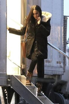 Meghan Markle wearing Kamik Sienna Boots, Soia & Kyo Saundra C Coat in Army and Mulberry Maple Bag in Oak