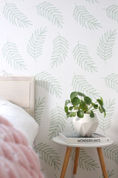 Inspiratie om een Scandinavische slaapkamer een lente make-ver te geven met een groen blader/leaves behang en fris witte muren. Meer inspiratie op het blog.