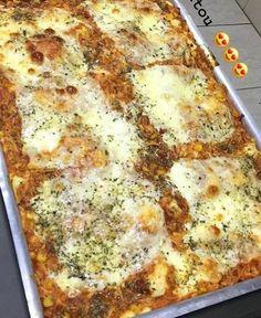 Primeiramente prepare o Recheio 1. Misture os ingredientes e verifique o sal, corrigindo se necessário. Reserve. Se o frango ainda estiver quente, coloque na geladeira enquanto prepara as outras etapas.Para o recheio 2 é só misturar os ingredientes e reservar também.Para a massa, coloque no liquidificador primeiramente os ingredientes líquidos (leite, óleo, ovos, creme de leite). Depois, adicione o queijo parmesão e a farinha e bata até que a massa fique homogênea. Depois adicione o fermento… Best Gluten Free Desserts, Carne, I Love Food, Healthy Tips, I Foods, Quiche, Food And Drink, Low Carb, Eat