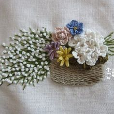 네츄럴리넨실로 바구니 수놓고 꽃들을 수놓았어요. #소금빛자수 #자수재료 #리넨자수실 #리넨 #입체자수 #손끝에서피는꽃과자수 #입체자수꽃나무열매 #자수 #모사자수실 #유럽자수재료 #embroidery #stumpwork