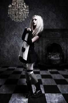 I'm in love with alice in wonderland and I'm getting into the grunge punk whatever style so this'll def be my Halloween costume :) Gothic Mode, Dark Gothic, Gothic Lolita, Goth Beauty, Dark Beauty, Dark Fashion, Gothic Fashion, Latex Fashion, Steampunk Fashion
