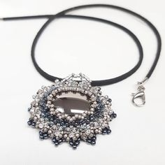 Das nächste schwarz-weiße Schmuckstück 😎 Eine schöne Halskette mit einem präzise gefädelten Anhänger. Passend zu einem Dirndl? 💕 Warum… Dirndl, Neck Chain, Monochrome, Nice Asses