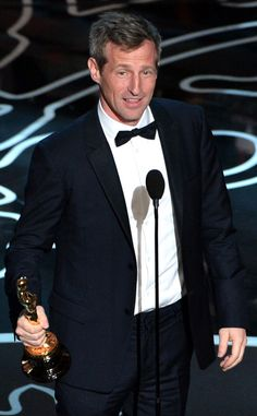 Screenwriter Spike Jonze giving his acceptance speech in a great tuxedo at the Oscars #TuxedoWatch