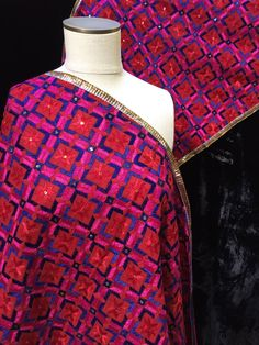 Phulkari Dupatta Pakistani Dresses, Indian Dresses, Indian Outfits, Phulkari Embroidery, Folk Embroidery, Embroidered Flowers, Embroidered Dresses, Cute Baby Wallpaper, Daily Fashion