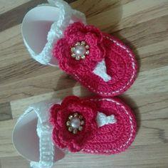 Sandália em crochê linha 100% algodão com aplicação em pérola e strass