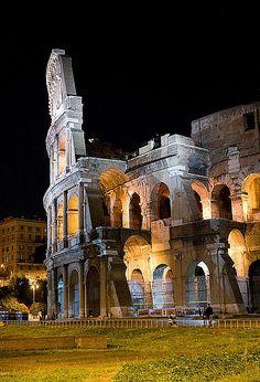 Roma. El Coliseo de noche iluminado. Espectacular construcción que representa el mejor momento del Imperio Romano en todo su esplendor. No dejar de visitarlo.