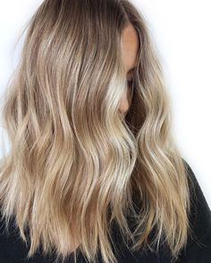 Are you going to balayage hair for the first time and know nothing about this technique? We've gathered everything you need to know about balayage, check! Blonde Hair Looks, Honey Blonde Hair, Dying Hair Blonde, Thick Blonde Hair, Blonde Curls, Blonde Brunette, Natural Hair Bob, Natural Hair Styles, Balayage Blond