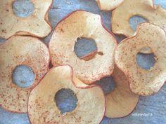 Sådan laver du æblechips - Helt op til månen - lovely pins Night Snacks, Easy Snacks, Tapas, Baby Food Recipes, Dessert Recipes, Baileys Cheesecake, Twix Bar, Make Your Own Pizza, Truffle Butter