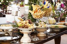 Styling A Buffet, Birthday Decorations, Table Settings, Party Ideas, Girls, Wedding Buffets, Vintage Dishes, Plate Presentation, Classic Plates
