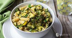 Questa pasta integrale con zucchine alla scapece utilizza come ingrediene principale una preparazione tipica della tradizione italiana.
