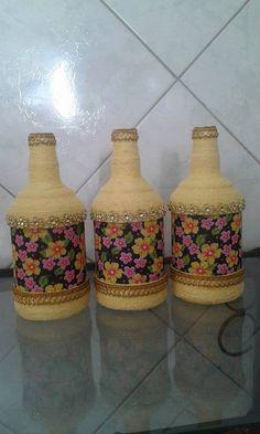 GARRAFAS BARBANTE Wine Bottle Art, Diy Bottle, Wine Bottle Crafts, Mason Jar Crafts, Yarn Bottles, Bottles And Jars, Jar Art, Newspaper Crafts, Altered Bottles