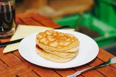 Wie manche von euch wissen, bin ich keine Süße. Ich brauche weder Nachspeisen noch esse ich besonders oft ein süßes Frühstück. Es gibt nur eine Ausnahme: Pancakes! Eines der wenigen Dinge, die ich seitdem ich low fodmap lebe sehr vermisst habe … Deshalb war ich unbeschreiblich glücklich, als meine Schwester damit anfing glutenfreie Pancakes zu probieren und dieses Rezept stellte sich als unser Favorit heraus. Pancakes, Brunch, German, Breakfast, Food, Knowledge, Fodmap Recipes, Gluten Free Flour, Meal