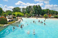 Les Alicourts Resort in Pierrefitte-sur-Sauldre is een veelzijdige camping met een zeer luxe zwembadcomplex en een prachtig wellnesscentrum. Het terrein is ruim opgezet en grenst aan een prachtig zwem- en vismeer met zandstrand. Het nabijgelegen meer is geschikt om te vissen en roeien. De Sologne, het bosrijke gebied waarin de camping ligt, is bij uitstek geschikt om een mooie wandeling of fietstocht te maken. #PierrefittesurSauldre Officiële categorie *****