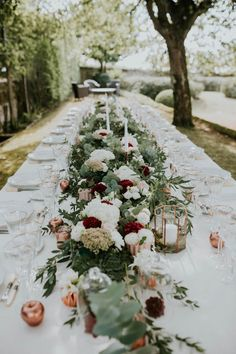 White, blush, and burgundy table runner | Image by Yoris Photographe
