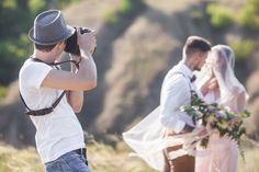 Der Fotograf schießt Bilder vom glücklichen Brautpaar.