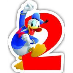 Pour les deux ans de votre enfant, placer cette bougie au centre de son gâteau d'anniversaire.   Cette bougie représente Donald enjambant le chiffre deux écrit en rouge.