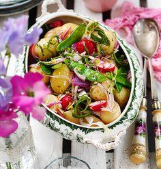 Matig sallad som passar till alla rätter på buffén. Blanda potatisen med salladssåsen medan den är varm - då blir den ännu smakrikare. Salladen kan serveras antingen ljummen eller kall.