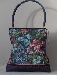 Élénk virágmintás farmer táska fekete-pink csipkével díszítve