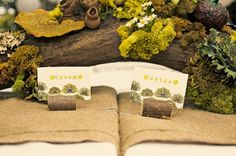 Moss on a log... as the centerpiece? pretty awesome! Burlap table runners underneath? pretty awesomer!