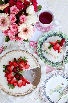 Beautiful cake with fresh strawberries.  Too pretty to eat!  Via @swisschicboutiq. #cakes #strawberries