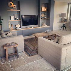 Om meer sfeer in je woonkamer te krijgen is het belangrijk om de kleuren af te stemmen op elkaar, zoals in deze landelijke woonkamer met authentiek woonkamer accessoires. #woonkamer #landelijk #huiskamer #warm #woonkamerinrichting #interieur   Bron: @ingrid_lifestyle_living Decor, Furniture, Sectional Couch, Flat Screen, Home Decor