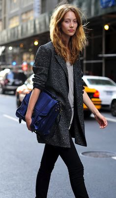 Love the longer blazer and the electric blue bag with the grey outfit Look Street Style, Street Chic, Mode City, Look Fashion, Womens Fashion, Fashion Models, Inspiration Mode, Fashion Essentials, Style Essentials