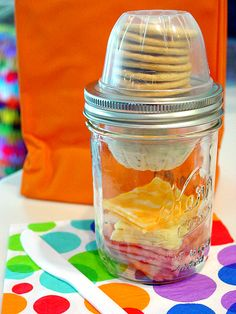 Easy, quick snack idea for kids using mason jars and empty fruit cups. Mason Jar Lunchables snacks for kids. Mason Jar Lunch, Mason Jar Meals, Meals In A Jar, Mason Jar Crafts, Mason Jar Diy, Canning Jars, Drinks In Mason Jars, Food In Jars, Mason Jar Food