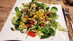 WÄMSBÄMS den salat hab ich mir heute sooo verdient. nach der arbeit war ich das erste mal seit ca 8 jahren im fitnessstudio. es war so toll. endlich mal wieder raus und schön gesportelt. zwar erstmal nur #cardio  aber bevor ich mich ans schwere gerät traue lasse ich mich vom trainer einweisen  jetzt liege ich brav in meinem bettchen gönne mir nen magnesium-cocktail und schaue buffy  #dinner #salad #workoutdone #latergram #fitmom #postworkout #workout #motivation #newlifestyle #abnehmen…