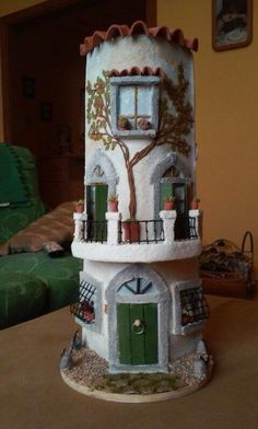 Tegola con balcone fiorito Diy And Crafts, Arts And Crafts, Roof Tiles, Biscuit, Miniature Houses, Fairy Houses, Diy Art, Terracotta, Clay