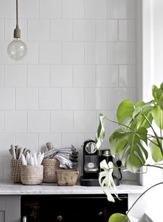 White and wood design in a Swedish apartment - PLANETE DECO a homes world Beautiful Interior Design, Classic Interior, Decor Interior Design, Interior Decorating, Kitchen Interior, Interior And Exterior, Interior Architecture, Kitchen Corner, Kitchen Dining