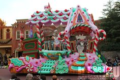 As promised heres some shots from the tokyo disneyland christmas parade The parade stops in several spots on the tour through Christmas Maze, Christmas Float Ideas, Christmas Parade Floats, Christmas Gingerbread House, Christmas Town, Christmas Holidays, Xmas, Gingerbread Houses, Christmas Items