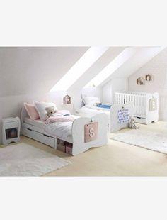 """Dieses wunderschöne Bett für Kinder mit Relief-Schmetterling wird Ihr Kind lieben! Später kann das Bett zum Juniorbett verlängert werden.  Produktdetails:Mitwachsendes Kinderbett """"Schmetterling"""": MDF, lackiert. Reliefmotiv: Schmetterling. Länge 149-199 cm. Breite 102 cm. Höhe Kopfteil und Fußteil 73 cm. Der Raum unter dem Bett (22,5 cm) bietet Platz für einen Bettkasten (separat erhältlich). Ab 3 Jahre: 90 x 140 cm. 2 abnehmbare Seitenteile zum Schutz gegen Herausfallen. Als Juniorbett: 90 x…"""