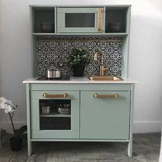 16 Stupid-Cute Ikea Kid Kitchen Hacks Do you own Ikea's Duktig — the kid's play kitchen? If so, check out these 16 insanely gorgeous DIYs to make the toy even cooler. Ikea Kids, Ikea, Ikea Kids Kitchen, Kitchen Design, Diy Kitchen, Kitchen Remodel, Ikea Kitchen, Ikea Toys, Ikea Makeover