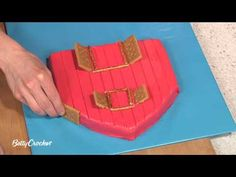 How To Make a Barn Birthday Cake & Farm Animal Cupcakes    Betty Crocker and Howdini.com show you how to bake up a delicious red barn cake and fun-to-decorate farm animal cupcakes.    INGREDIENTS:  Cake, Cupcakes and Frosting  1 box Betty Crocker® SuperMoist® yellow or devil's food cake mix    Water, vegetable oil a...