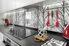 Szkło nad blatem w kuchni to bardzo dobre rozwiązanie zabezpieczające ścianę podczas kuchennych prac. Najbardziej popularne szkło, to szkło zwykłe o lekko zielonym, naturalnym zabarwieniu, grubości ok. 0,5cm. Możemy też zastosować szkło lakierowane lub piaskowane. By było bezpieczne powinniśmy pomyśleć o szkle hartowanym lub klejonym. Zobaczcie ZDJĘCIA szkła nad blatem w kuchni z 13 prawdziwych wnętrz.
