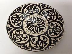 Lindo prato para bolo com detalhes em preto, tanto para decoração como para uso diário.