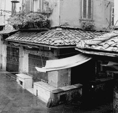 The shops of Piazza della Sala still retain the structure of the ancient medieval shops