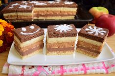 Prăjitura Trio cu mere și cremă în două culori, este realizată dintr-o combinație delicioasă de foi pe dosul tăvii, mere, cremă cu ciocolată și biscuiți. Romanian Desserts, Chicken Nuggets, Tiramisu, Sweet Treats, Cheesecake, Food And Drink, Baking, Ethnic Recipes, Cakes