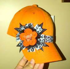 gorras decoradas con cinta - Buscar con Google Kanzashi Tutorial, Headgear, Flower Crafts, Flower Making, Fabric Flowers, Caps Hats, Hair Clips, Headbands, Tulle
