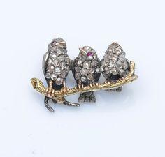 Broche en or jaune 14 carats (585 millièmes) et argent (925 millièmes) ciselée composée de trois petits oiseaux sur une branche, le corps serti de diamants taillés en rose et les yeux de petits rubis… - Pestel-Debord - 13/05/2016