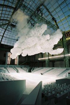 Les nuages mobiles lors du défile Chanel, prêt-à-porter automne-hiver 2007-2008