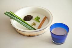サマーチャイ 材料)シナモン(1/2本)、カルダモン(2粒)、レモングラス(2~3本)、フレッシュミント(2~3枚)、水(150ml)、ミルク(150ml)  1、水とミルクを鍋に入れ、そこにシナモン、カルダモン、レモングラスと、紅茶(アッサムC.T.C.)を一匙入れる。 2、お好みで砂糖を加えて火にかけて、沸騰したら火を止める。 3、ふたをして10分蒸らす。 4、網などで濾す。 5、冷蔵庫で冷やしたら、コップに注いでフレッシュミントを浮かべましょう。   通常のチャイは、シナモン、グローブ、カルダモンの組み合わせが多いですが、こちらの夏のチャイはレモングラスやフレッシュミントを入れて爽やかな風味に。すっきりとして上品な飲み心地が楽しめます。