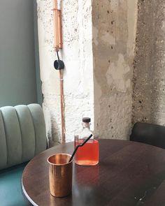 Ma boisson officielle de l'été : le thé glacé non sucré  Celui de chez @depotlegal est servi dans une jolie carafe individuelle et dans un verre en cuivre  #pariscityguide #ailleursisbetter #théglacé