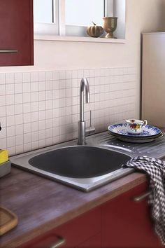 Pour rénover la cuisine, pas besoin de tout changer ! Il suffit parfois de la relooker. Un coup de peinture, une nouvelle crédence, quelques accessoires déco et le tour est joué ! Vous aimez cette ambiance country charm ? Interior Design Kitchen, Kitchen Decor, Etagere Design, Cuisines Design, Sink, Diy Crafts, Souffle, Styles, Home Decor