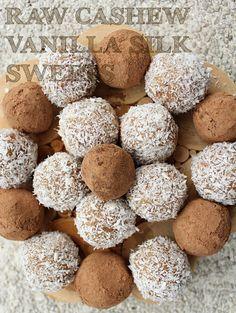 raw vegan cashew vanilla sweets Healthy Treats, Healthy Baking, Vegan Life, Raw Vegan, Raw Desserts, Dessert Recipes, Vegan Truffles, My Dessert, Vegan Gluten Free